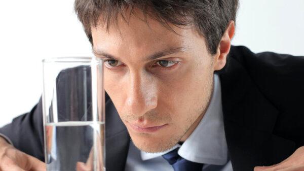 درمان بدبینی لازم است؛ نگاهتان را از نیمه خالی لیوان بردارید