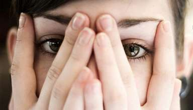 کمبود اعتماد به نفس در خانم ها چه نشانههایی دارد؟