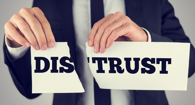 اعتماد بیش از حد به دیگران / اعتماد بیش از اندازه /