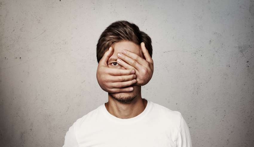 با این 5 گام ساده خجالت را کنار بگذارید و در جمع بدرخشید